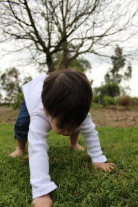 ילד מנסה לעמוד